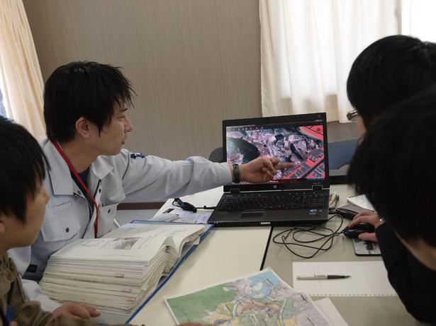 復興計画の3Dモデルを見ながら検討する大槌町復興局の職員