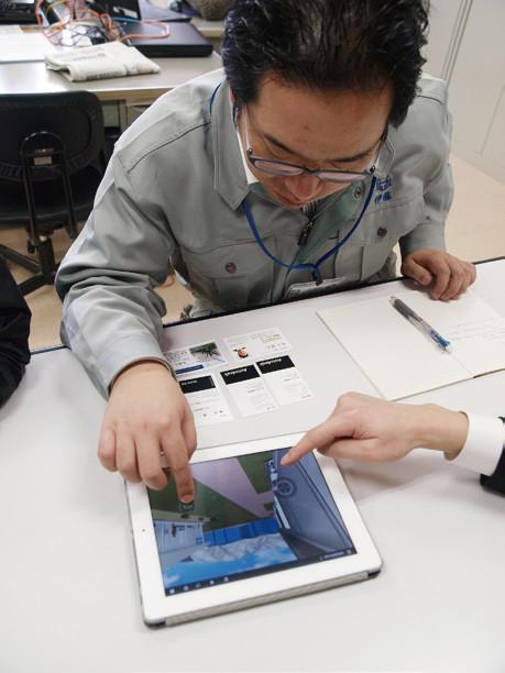 iPad上で復興計画の3Dモデルをウォークスルーする大槌町地域整備部 管理用地課の伊藤聡氏